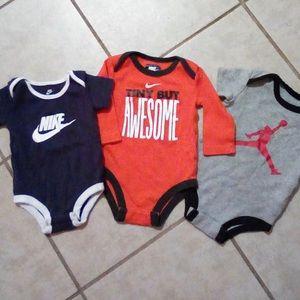 Nike boys 3 piece Onesie Bundle ✔️